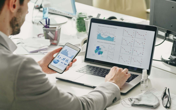 Retail dashboards must easily adjust to changing business priorities to ensure only the most relevant data is displayed.